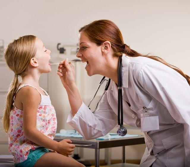 Визуальный осмотр горла ребенка ЛОР-врачом