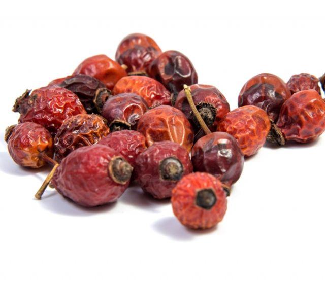 Сухие ягоды шиповника для приготовления настоя от папиллом на глазах
