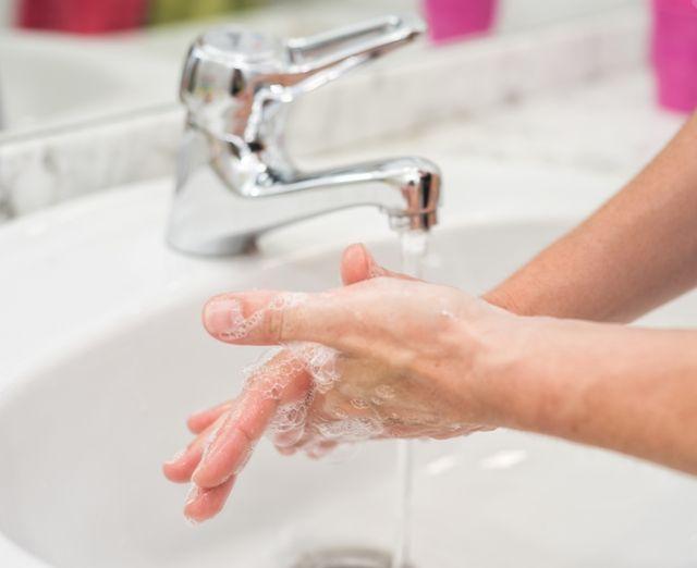 Мытье рук как профилактика бородавок под ногтем